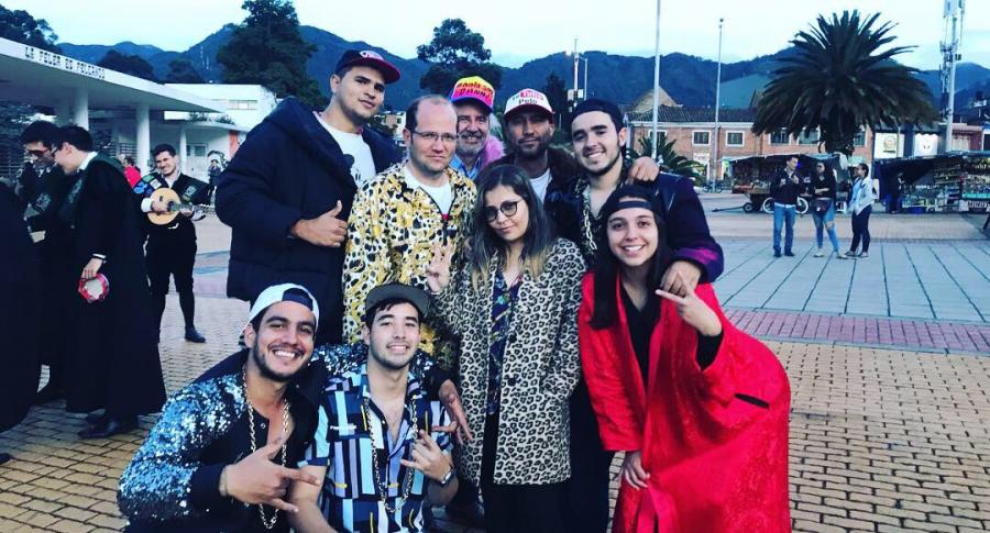 Daniel Samper Ospina y un grupo de estudiantes en la U. Nacional