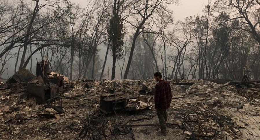 Jhonathan Clark camina por los restos de su casa, destruida por Camp Fire