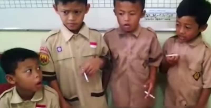 Niños fumando en Indonesia