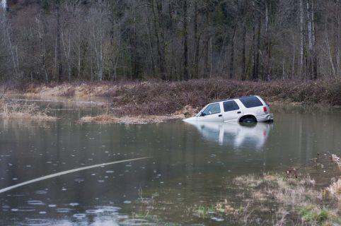 Carro se hunde en lago
