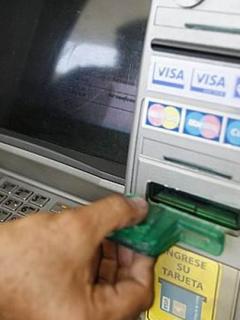 'Loco' cajero entregó más plata de la solicitada y ahora banco ruega para que la devuelvan