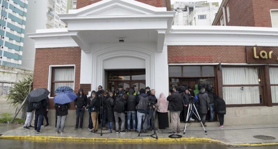 Periodistas frente al hotel donde están los familiares