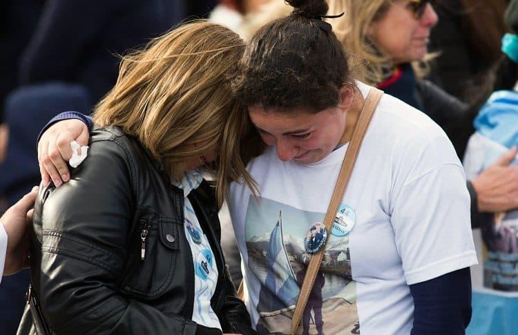 Dos familiares de los tripulantes llorando