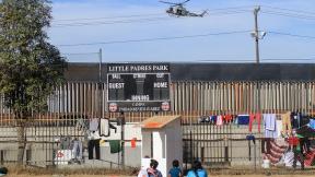 Miembros de la caravana migrante de centroamericanos permanecen en un albergue