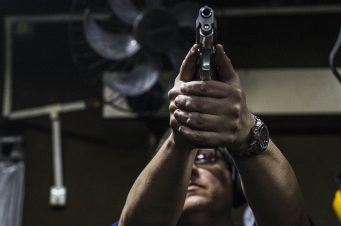 Hombre apuntando con pistola