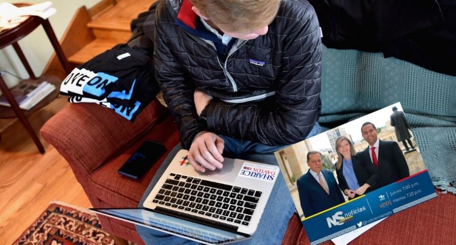 Joven utilizando computador portátil