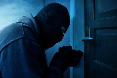 Ladrón entrando a casa
