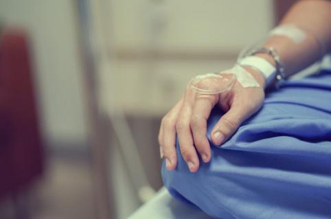 Hombre hospitalizado.