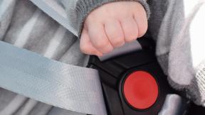 Bebé tocando un cinturón de seguridad