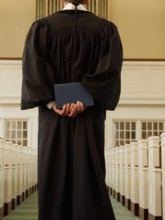 Sacerdote robó más de 300 millones de pesos a iglesia para pagar a hombres por sexo