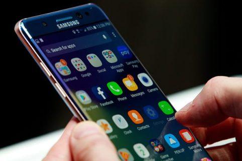 Persona con celular en la mano
