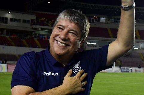 Hernán Darío Gómez saluda al público de Panamá en su regreso a ese país