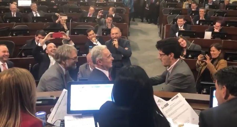 Antanas Mockus y Alberto Castilla mecen a Álvaro Uribe