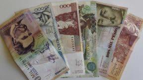 Billetes colombianos de diferentes denominaciones