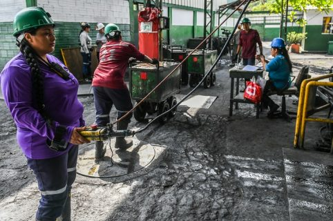 Mujeres trabajando en mina de esmeraldas