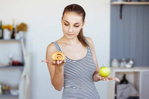 Mujer escogiendo alimentos