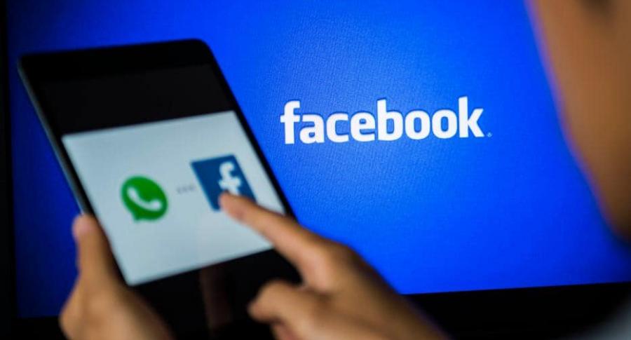 Hombre viendo Facebook.