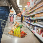Mujer en supermercado
