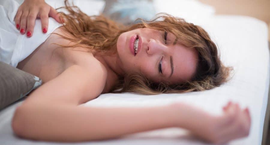 Mujer teniendo sueño húmedo