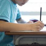 Niño en salón de clase.