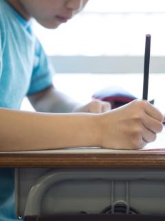Niño en salón de clase. (Imagen ilustrativa).