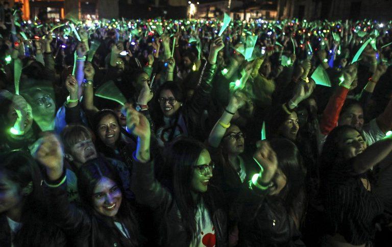 Récord Guinness de pulseras luminosas en Bogotá.