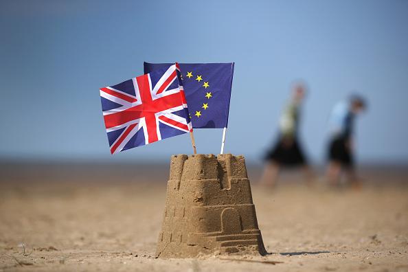 Banderas en la arena