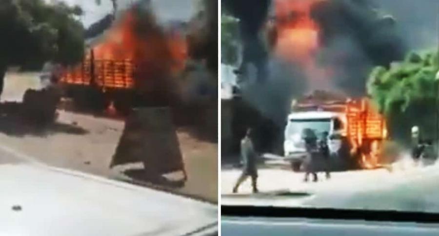 Camión de la Policía en llamas