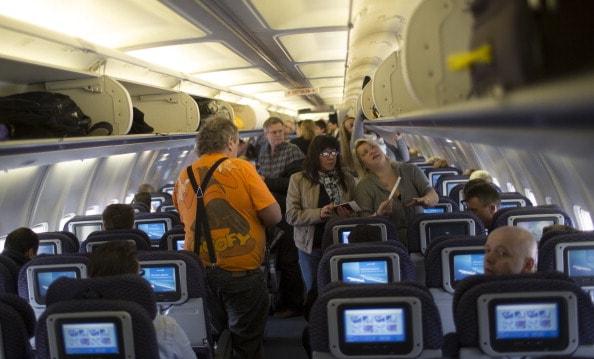 Personas en un avión.