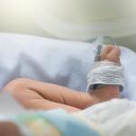 Bebé hospitalizado.