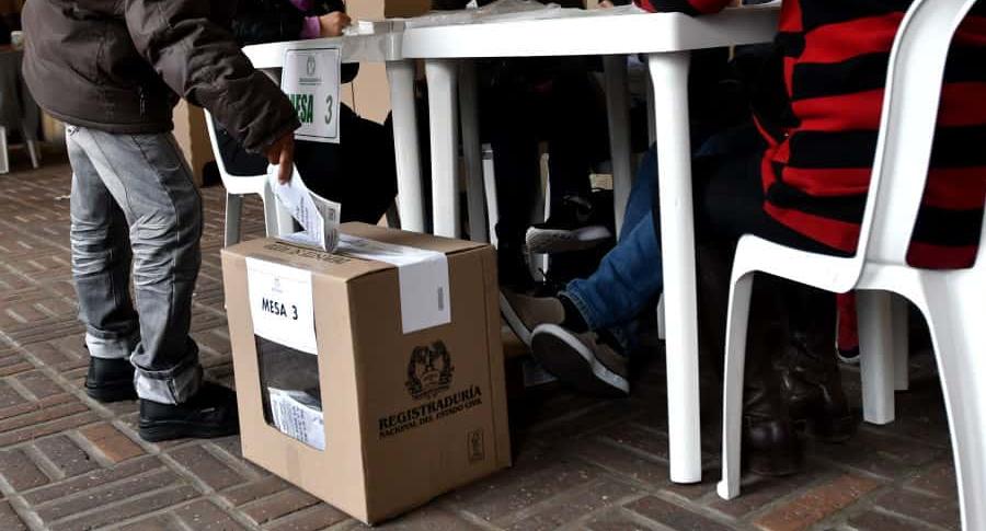 Colombiano votando.