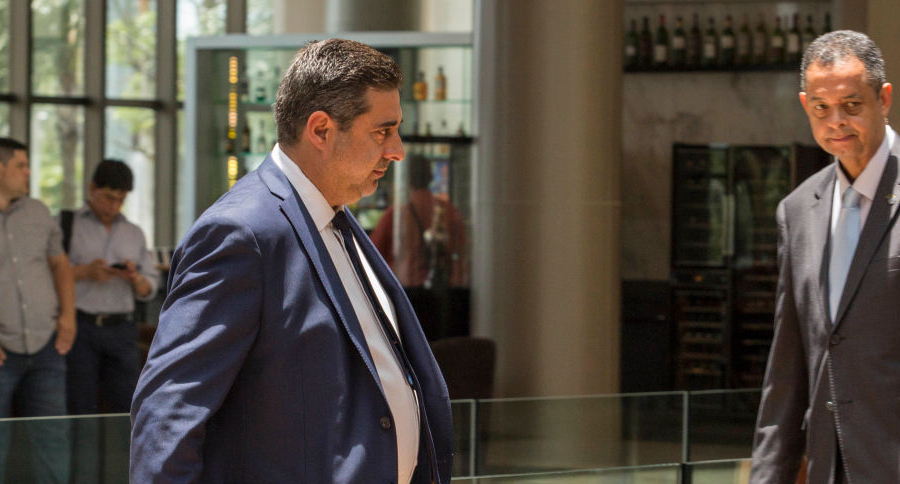 Daniel Angelici  sale de una reunión en la sede de Conmebol.