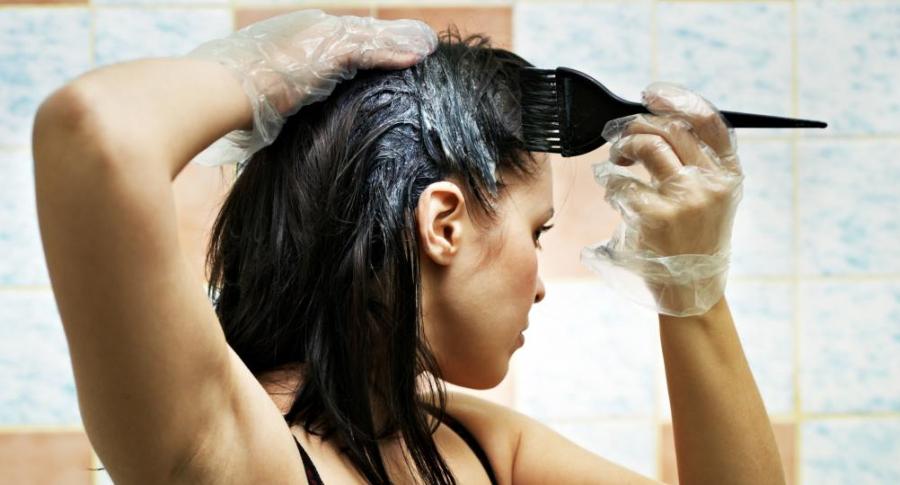 Mujer se tintura el pelo.