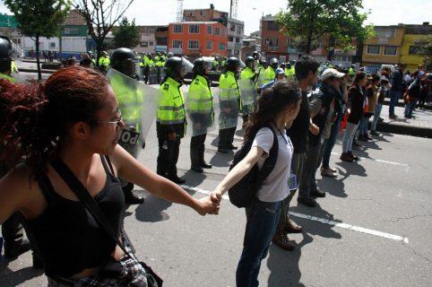 Estudiantes forman una cadena para proteger a policías