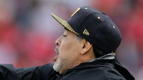 Diego Armando Maradona da instrucciones a los jugadores de Dorados.