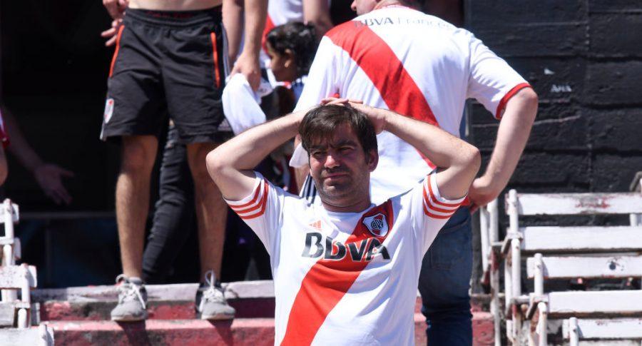 Hincha de River Plate se lleva las manos a la cabeza en su estadio