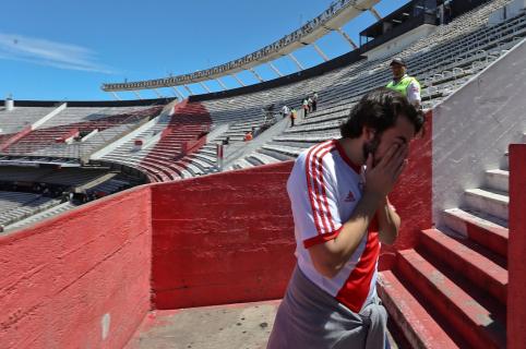Aficionados de River Plate salen del estadio Monumental