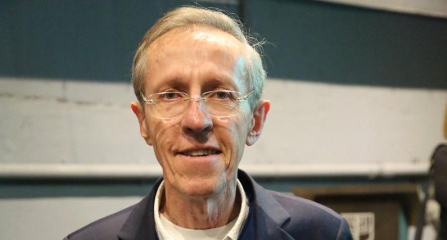 Antonio Navarro sostiene el libro 'Las Colombias que he vivido'