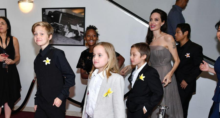 Angelina Jolie camina con sus hijos por la alfombra roja