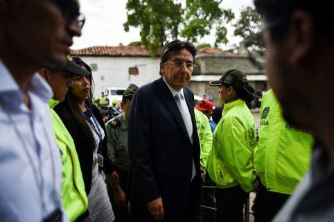 Néstor Humberto Martínez, rodeado de policías
