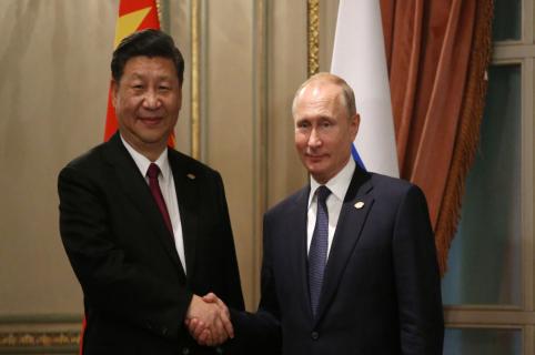 Vladimir Putin (Der.) saluda a Xi Jinping en la cumbre del G20.