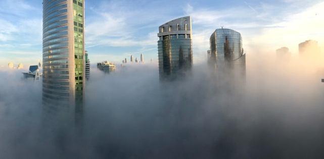 Ciudad en niebla