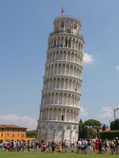 Monumento inclinado