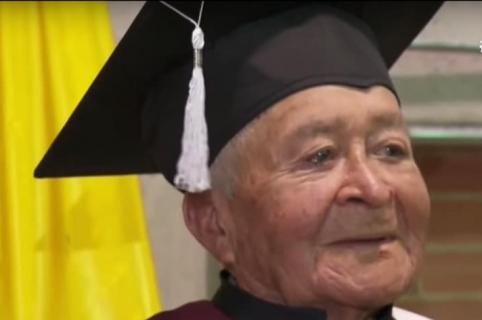 Abuelo que se graduó de bachiller