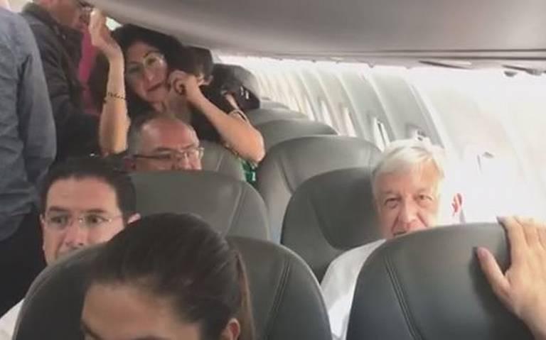 Amlo viaja en vuelo comercial