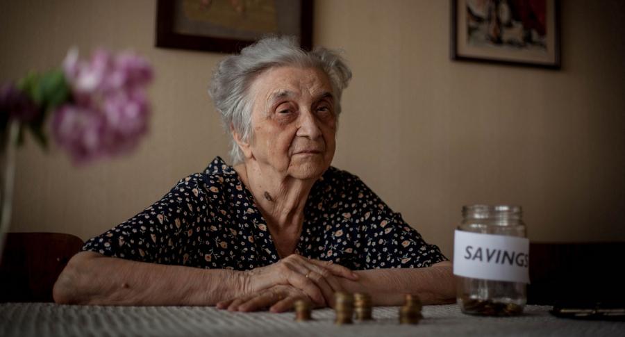 Una mujer cuenta los ahorros de su pensión en una botella