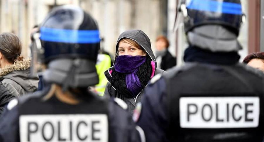 Mujer frente a dos policías