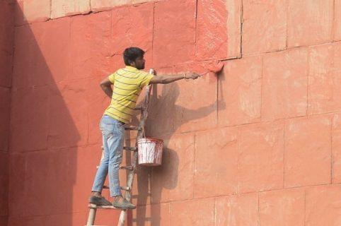 Hombre pintando pared