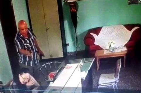 Hombre le dispara a su secretaria.
