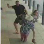 Hombre golpea a mujeres desconocidas.